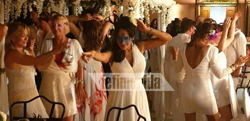 Γυναίκες με λευκά ρούχα χορεύουν