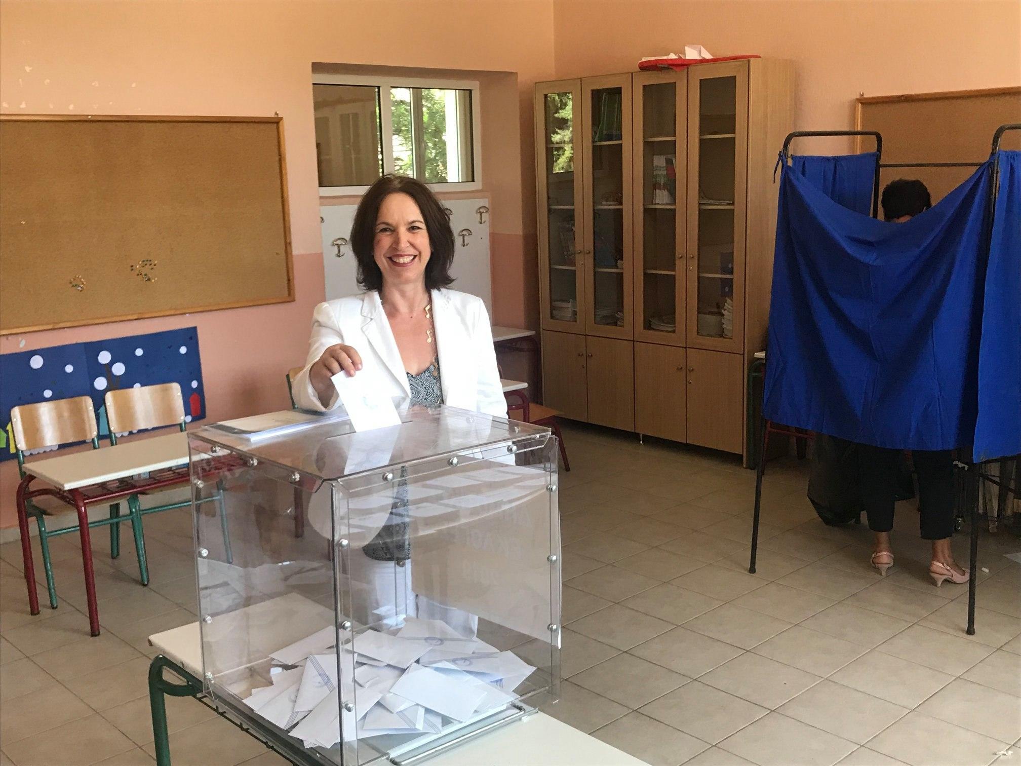 Η Καλλιόπη Βέττα μπροστά από την κάλπη την Κυριακή των εκλογών