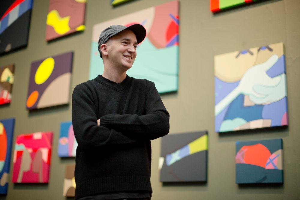 Ο Αμερικανός καλλιτέχνης, δημιουργός του φουσκωτού εκθέματος Kaws