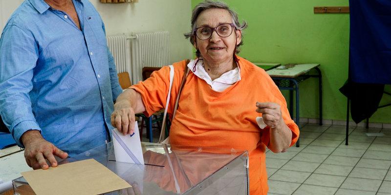 Μια ψηφοφόρος ρίχνει τη ψήφο της στην κάλπη