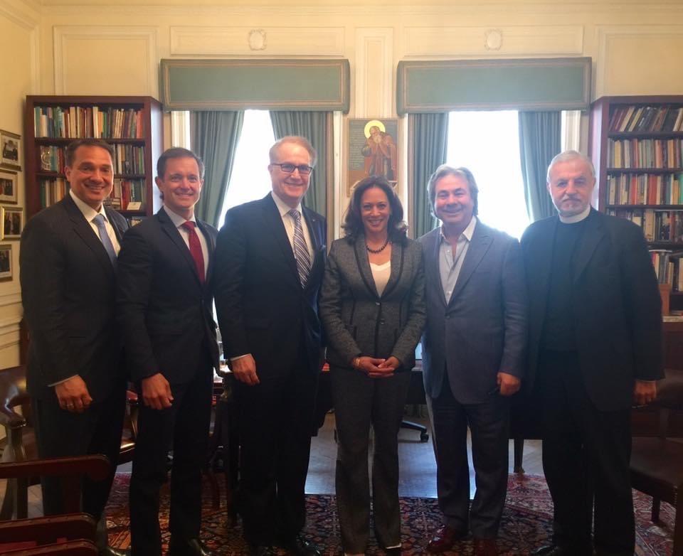Από αριστερά προς τα δεξιά: Τζωρτζ Τσουγκαράκης, Μαικ Μανατος, Αντυ Μανάτος, Καμαλα Χαρις, Νικος Μουγιαρης, Father Alex