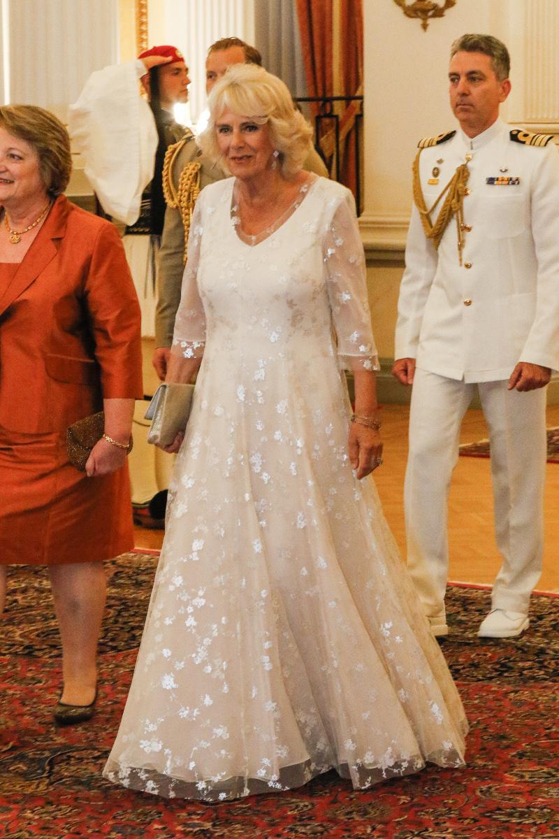 Η Καμίλα με λευκό φόρεμα στο πρεοδρικό μέγαρο