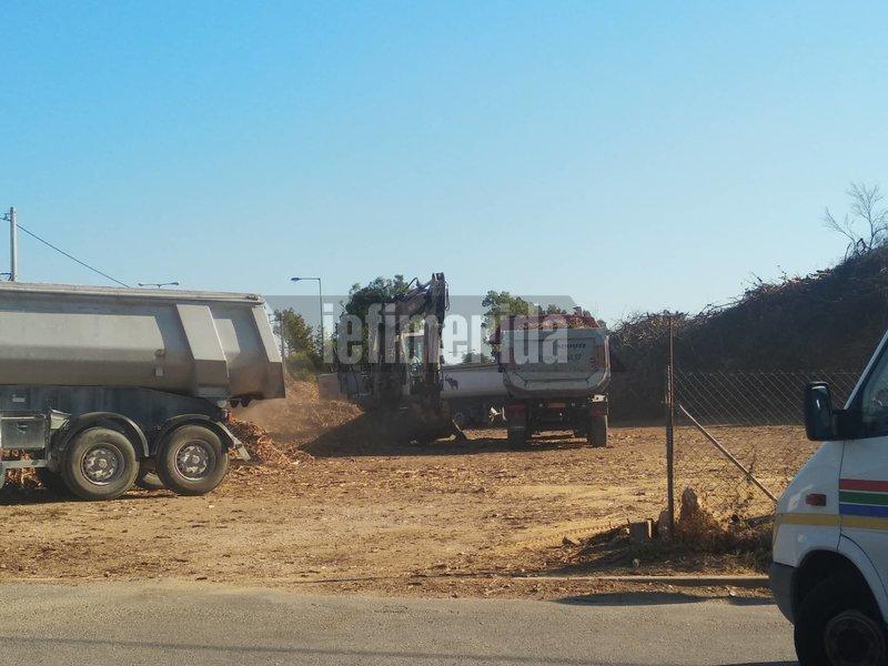 Φορτηγά στο σημείο απομακρύνουν τα καμμένα
