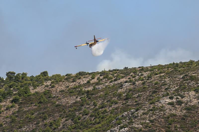 Αεροσκάφος επιχειρεί στην κατάσβεση φωτιάς