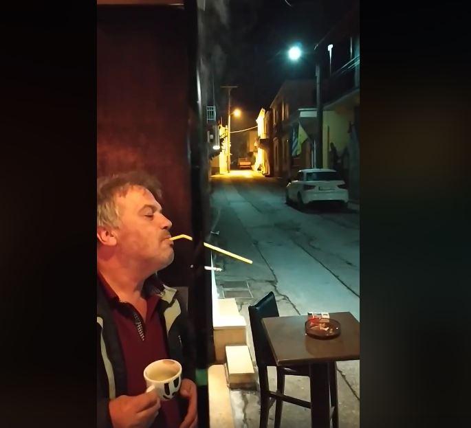 'Έλληνας καπνίζει σε εσωτερικό χώρο και βγάζει τον καπνό από  καλαμάκι