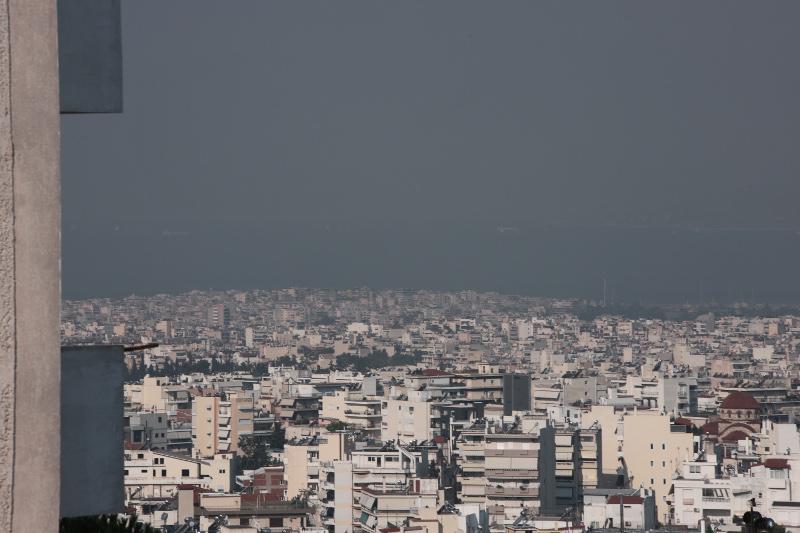 Μαύρος καπνός πάνω από την Αθήνα