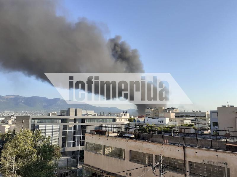 Ο μαύρος καπνός κάλυψε την περιοχή