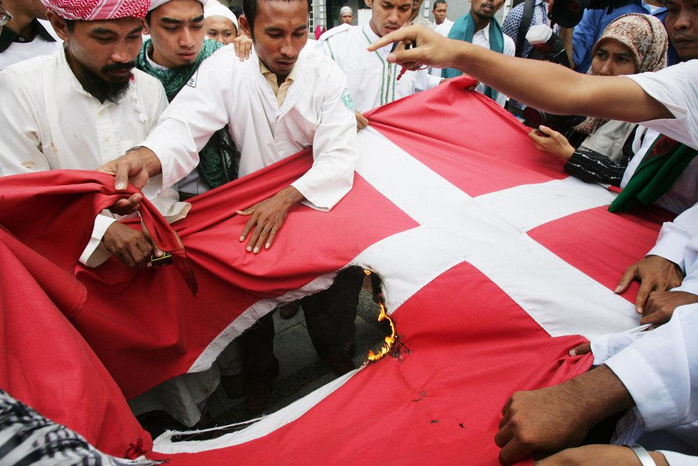 Μουσουλμάνοι σκίζουν και καίνε τη σημαία της Νορβηγίας