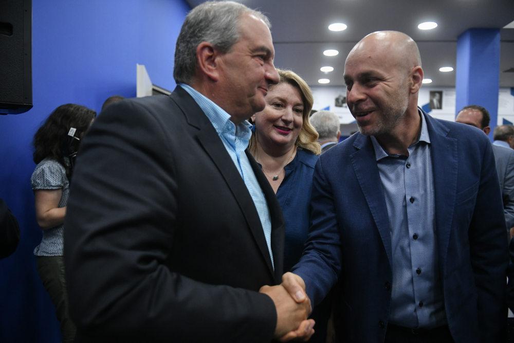 Ο βουλευτής Ιωαννίνων Γιώργος Αμυράς σε χειραψία με τον πρώην πρωθυπουργό Κώστα Καραμανλή