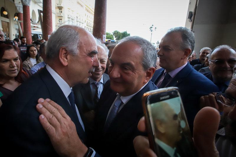 Οι κ. Μεϊμαράκης και Καραμανλής εισέρχονται στο κτίριο υπό τις επευφημίες φίλων της ΝΔ