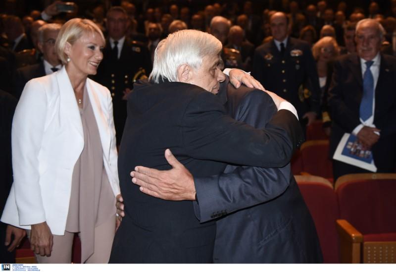Θερμός εναγκαλισμός του Προέδρου της Δημοκρατίας Προκόπη Παυλόπουλου με τον πρώην πρωθυπουργό Κώστα Καραμανλή υπό το βλέμμα της Νατάσας Παζαΐτη