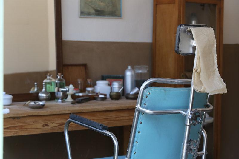 Η ρετρό καρέκλα του μπαρμπέρη στο κουρείο της σειράς «Άγριες Μέλισσες»