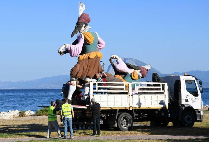 Εργαζόμενοι του δήμου Πατρέων μεταφέρουν τα άρματα στο παραλιακό μέτωπο