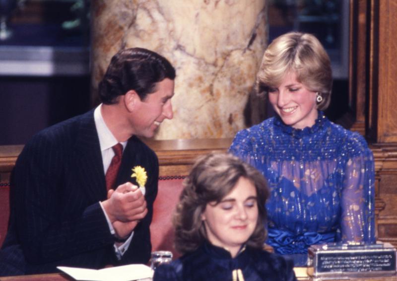 Πρίγκιπας Κάρολος και πριγκίπισσα Νταϊάνα χαμογελούν