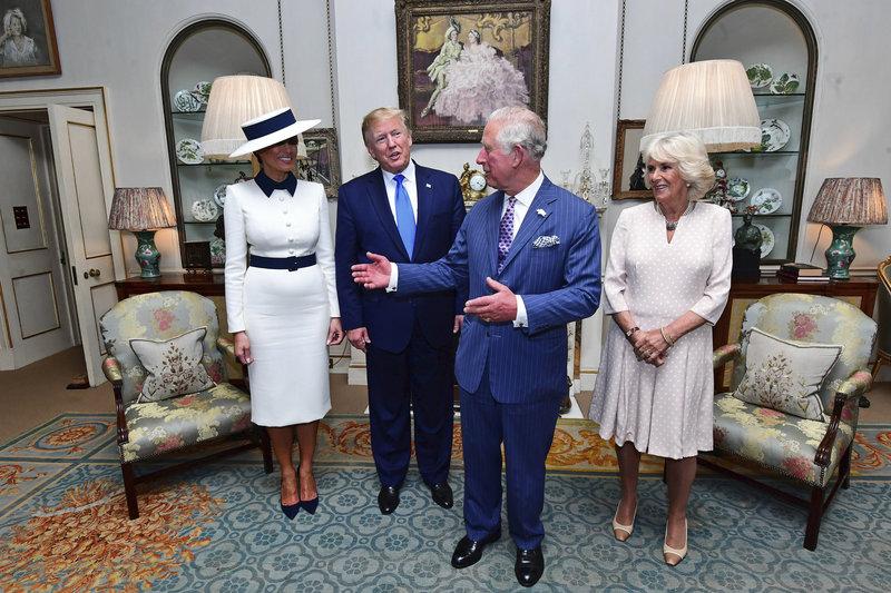 Μελάνια και Ντόναλντ Τραμπ παίρνουν θέσεις μαζί με τον πρίγκιπα Κάρολο και τη σύζυγό του Καμίλα, για τις καθιερωμένες φωτογραφίες