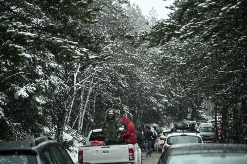 Ο κόσμος πήρε τα αυτοκίνητά του για μια μικρή απόδραση στη χιονισμένη Πάρνηθα