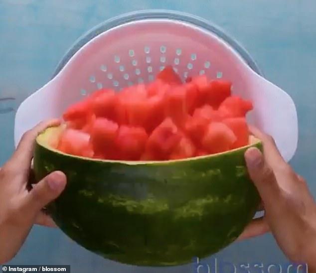 Κόψτε το καρπούζι σε φέτες και βάλτε το με σουρωτήρι στο ψυγείο για να παραμείνει τραγανό