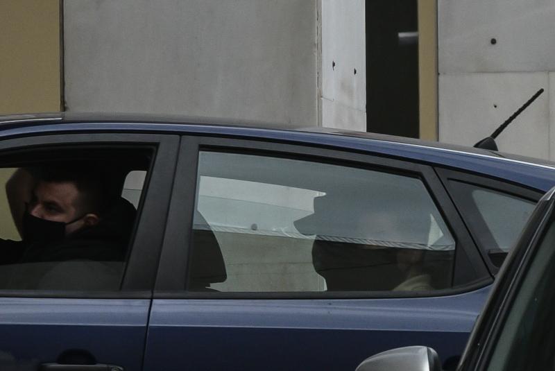 Αστυνομικοί μεταφέρουν στη ΓΑΔΑ τον Ηλία Κασιδιάρη