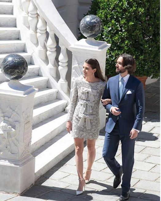 Το μίνι ασημί νυφικό του οίκου Yves Saint Laurent που φόρεσε η Σαρλότ Κασιράγκι στον πολιτικό της γάμο