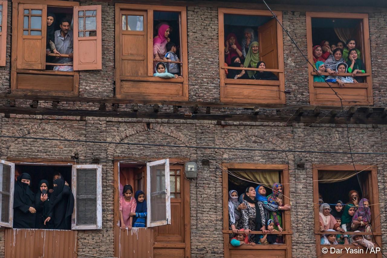 ανθρωποι σε παράθυρα