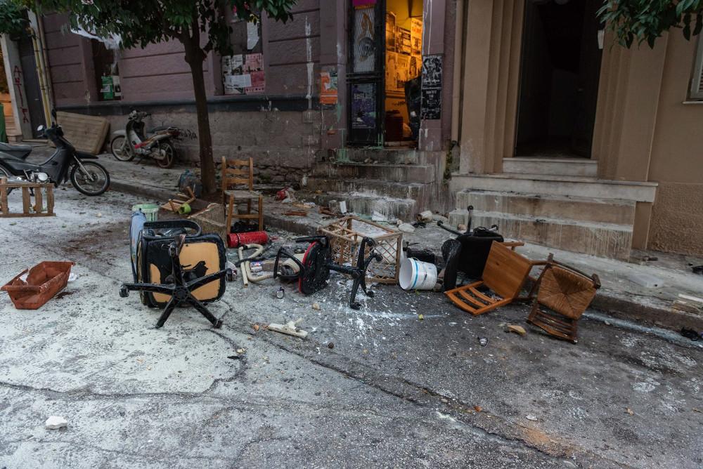 Ενα ολόκληρο νοικοκυριό πέταξαν οι καταληψίες στους αστυνομικούς στο Κουκάκι