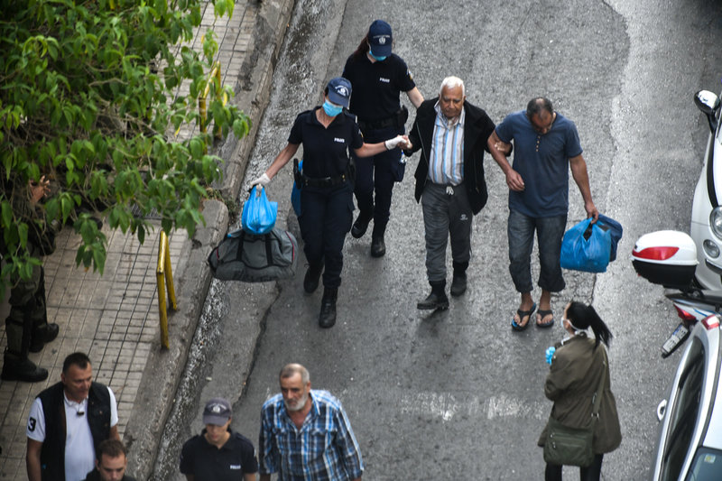 Αστυνομικός βοηθάει έναν ηλικιωμένο αλλοδαπό