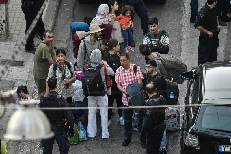 Οικογένειες μεταναστών και προσφύγων διέμεναν στο υπό κατάληψη κτίριο