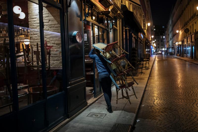Ανδρας κλείνει το κατάστημά του στο Παρίσι