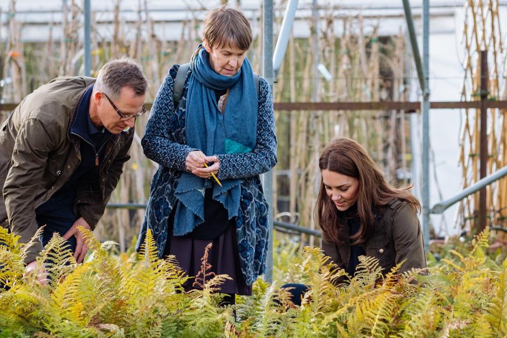 Η Κέιτ Μίντλετον διαλέγει φυτά με τους αρχιτέκτονες τοπίου