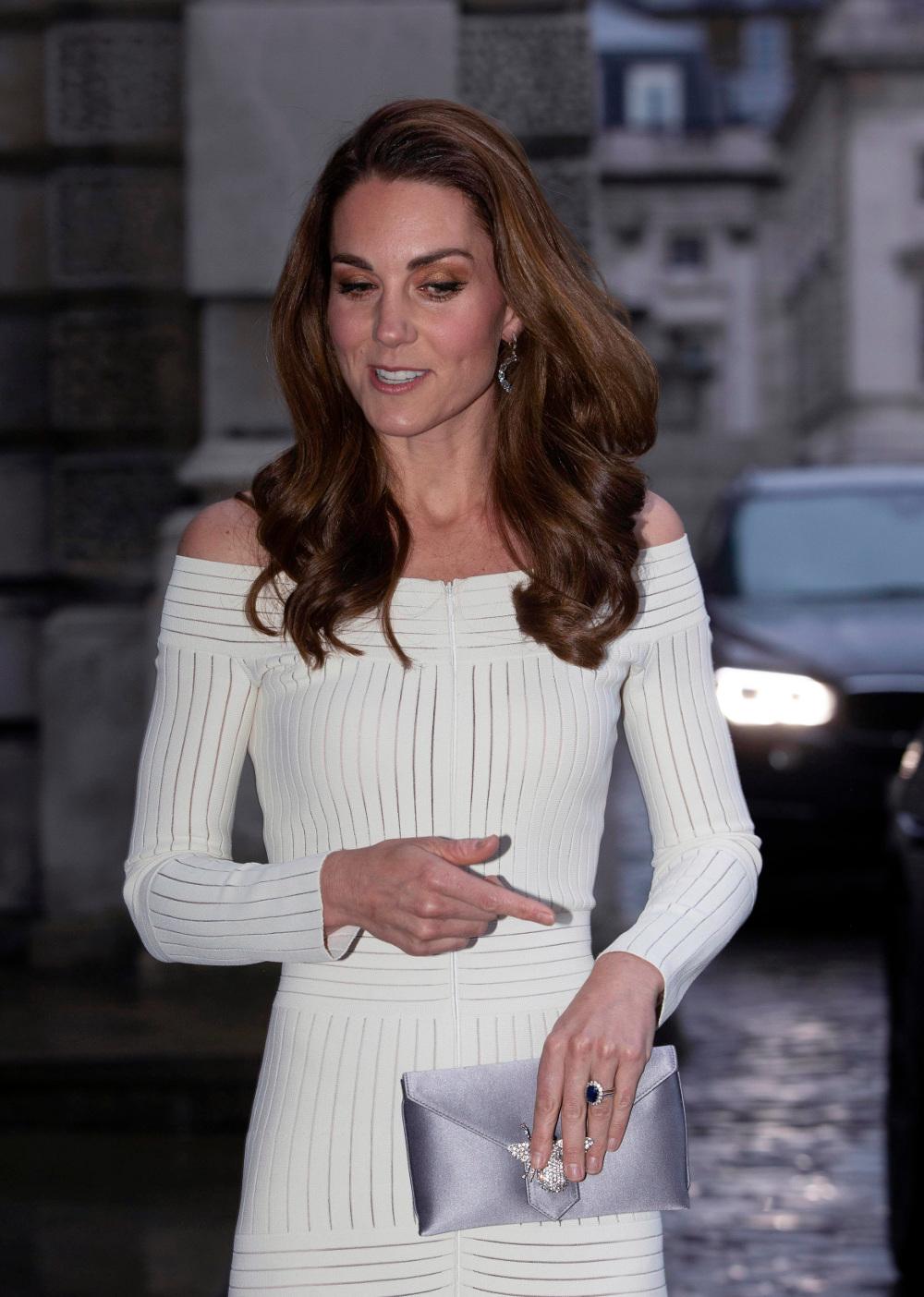 Κάποιοι χρήστες των social media παρατήρησαν πως το φερμουάρ ήταν στο μπροστινό μέρος του φορέματος