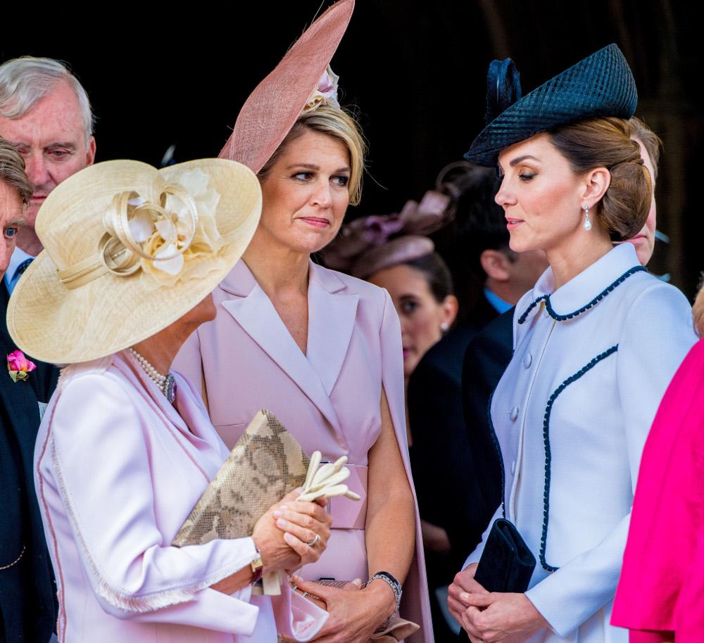 Η Καμίλα αναγκάστηκε να σκουντήξει την βασίλισσα Μαξίμα για να σταματήσει να μιλά με την Κέιτ και να γυρίσει μπροστά