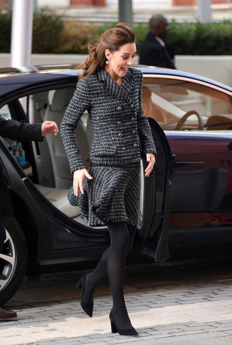 Ο δυνατός αέρας παραλίγο να σηκώσει την φούστα της Κέιτ Μίντλετον