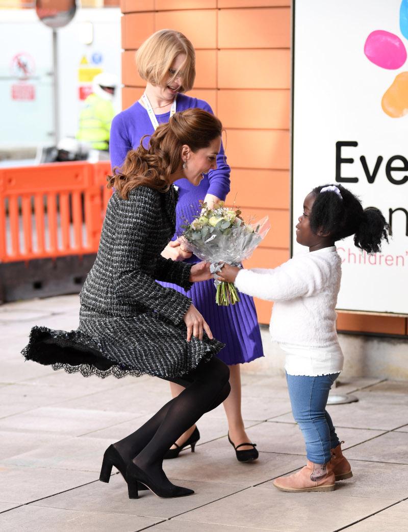 Η δούκισσα του Κέμπριτζ το «έσωσε» βάζοντας τα χέρια της επάνω στην φούστα. Ωστόσο, υπήρξαν και κάποιες στιγμές που δεν πρόλαβε να αντιδράσει/Φωτογραφία: Getty Images