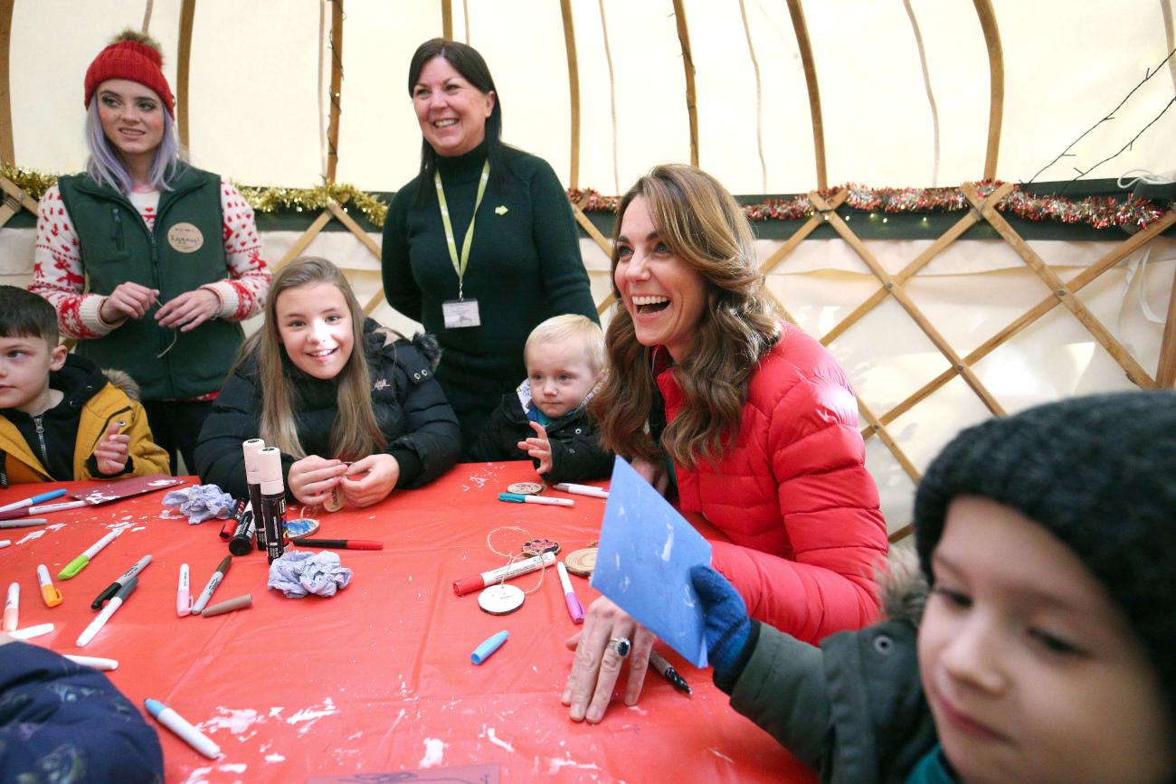 Ευδιάθετη η Κέιτ Μίντλετον έφτιαξε χειροτεχνίες με τα παιδιά