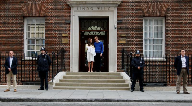 Κέιτ Μίντλετον και πρίγκιπας Γουίλιαμ φεύγοντας από το μαιευτήριο μετά την γέννηση της πριγκίπισσας Σάρλοτ