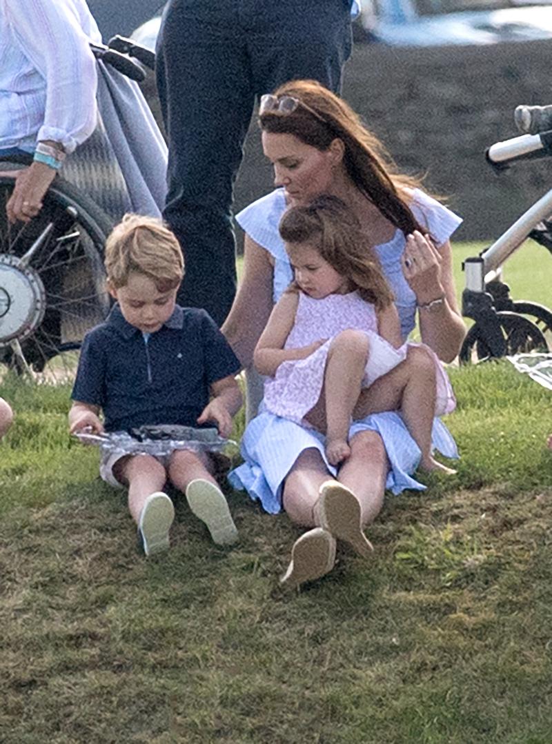 Η Κέιτ Μίντλετον με τον πρίγκιπα Τζορτζ και την Σάρλοτ παίζουν στο γρασίδι