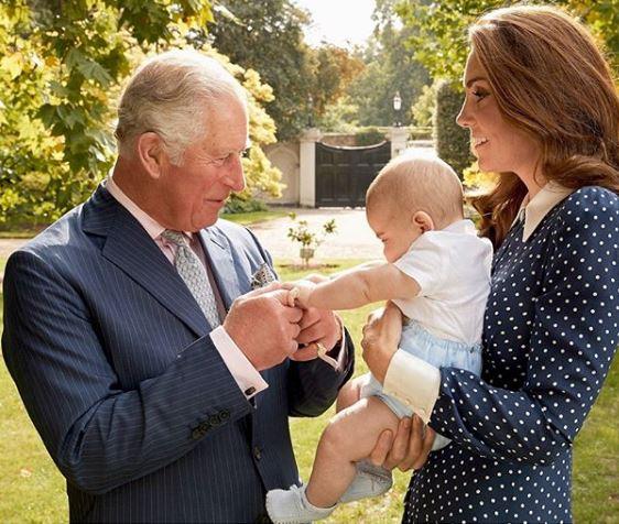 Κέιτ Μίντλετον με μικρό Λούις και τον πρίγκιπα Κάρολο