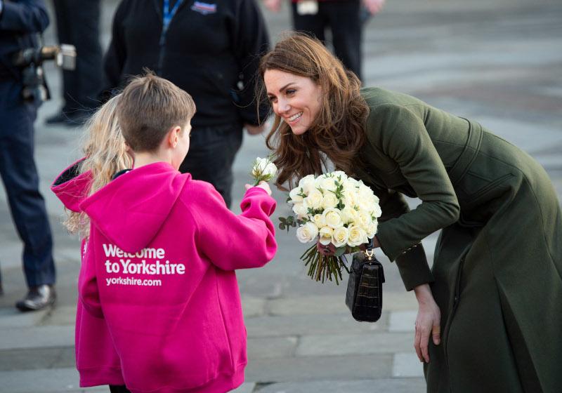Παιδιά προσφέρουν λουλούδια στην Κέιτ Μίντλετον
