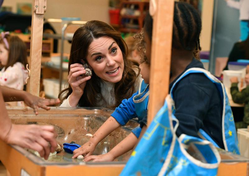 Η Κέιτ Μίντλετον παίζει messy play με τα παιδιά του νηπιαγωγείου