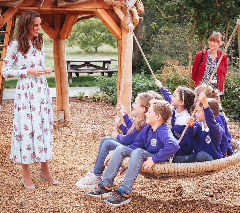 Η 37χρονη Κέιτ λατρεύει τα παιδιά και το δείχνει