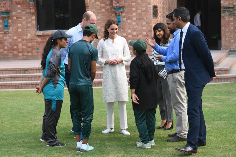 Η Κέιτ Μίντλετον και ο πρίγκιπας Ουίλιαμ συνομιλούν με παιδιά