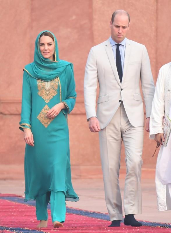 Ο δούκας και τη δούκισσα του Κέιμπριτζ έβγαλαν τα παπούτσια τους και περπάτησαν ξυπόλυτοι