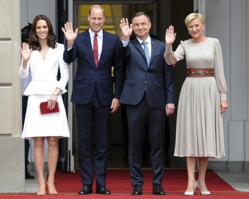 Η Κέιτ Μίντλετον στην Πολωνία το 2017 με λευκό σύνολο