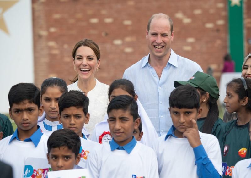 Κέιτ Μίντλετον και πρίγκιπας Ουίλιαμ φωτογραφήθηκαν χαμογελαστοί με παιδιά