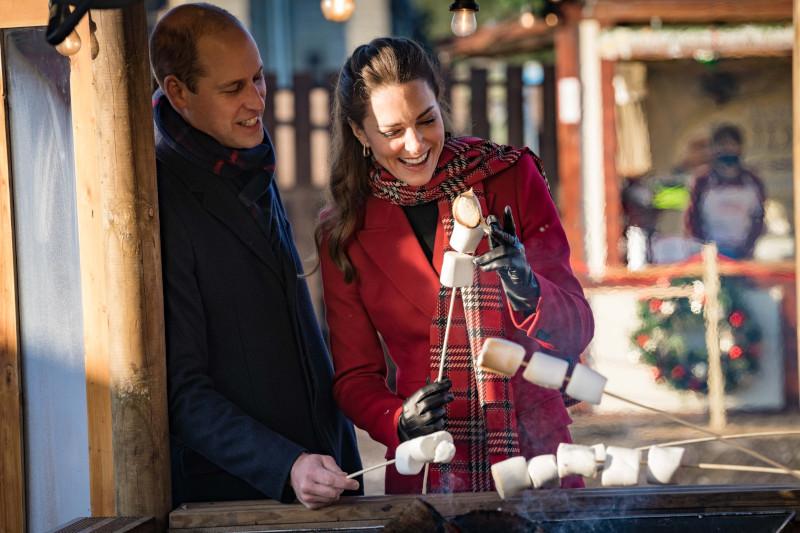 O πρίγκιπας Γουίλιαμ και η Κέιτ Μίντλετον ψήνουν marshmallows