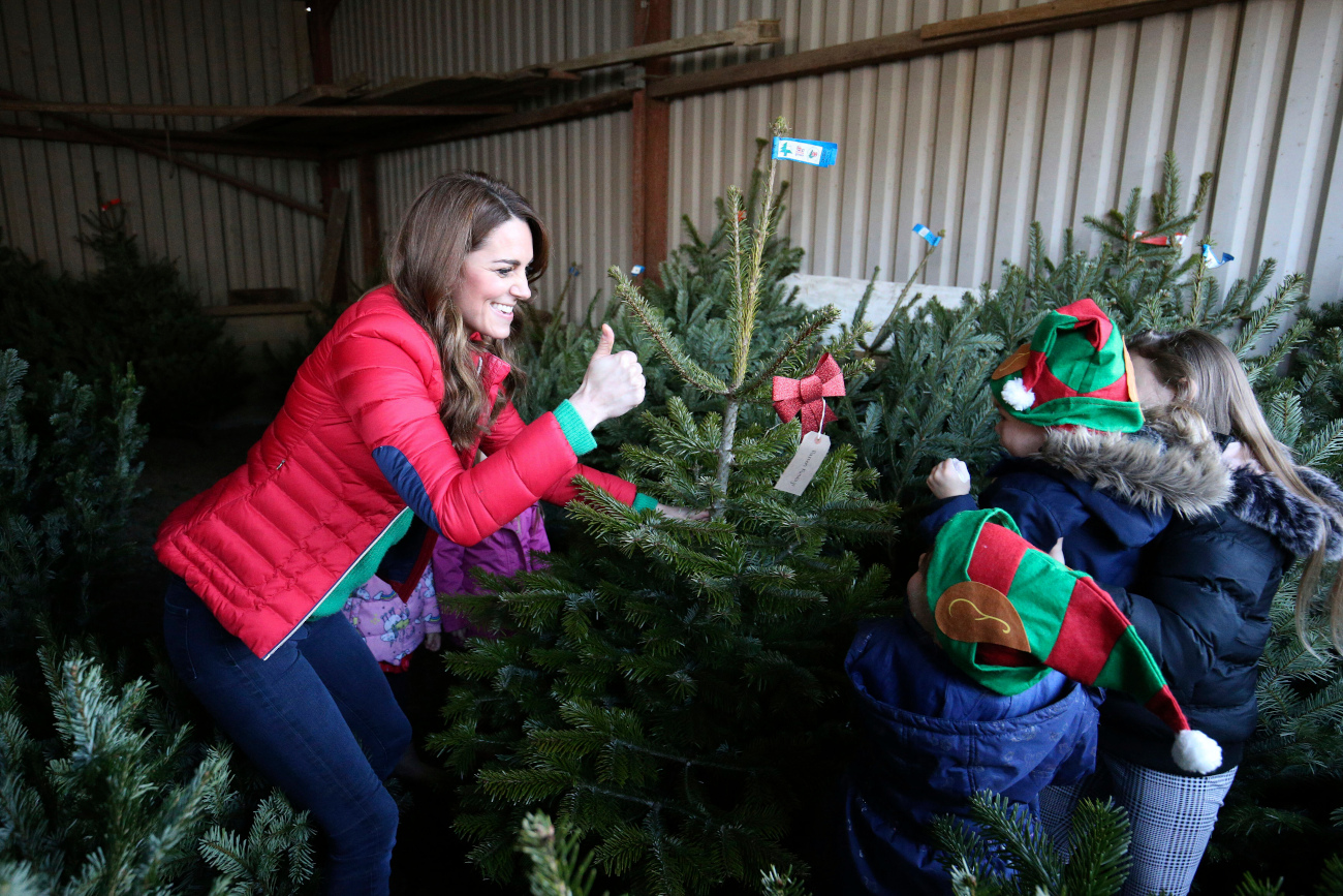 Η δούκισσα του Κέιμπριτζ διαλέγει χριστουγεννιάτικα δέντρα μαζί με τα παιδιά