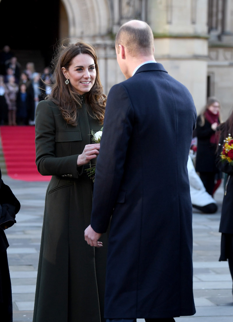Ο πρίγκιπας Γουίλιαμ προσφέρει λουλούδι στην Κέιτ Μίντλετον