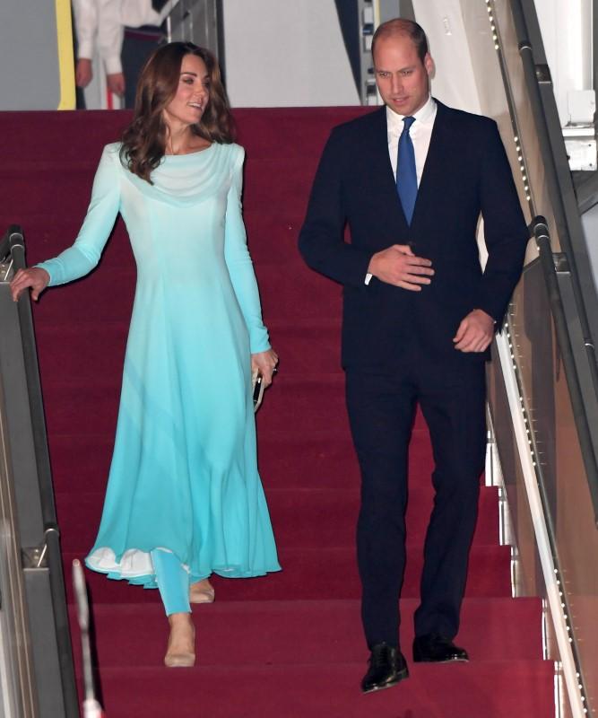 Κέιτ Μίντλετον και πρίγκιπας Ουίλιαμ κατεβαίνουν από το αεροσκάφος