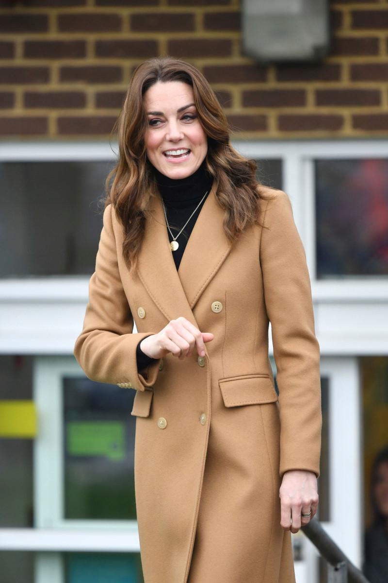 Η Κέιτ Μίντλετον στην 24ωρη περιοδεία της στο Ηνωμένο Βασίλειο, φορούσε ένα κολιέ με χαραγμένα τα αρχικά των ονομάτων των τριών παιδιών της/Φωτογραφία: AP