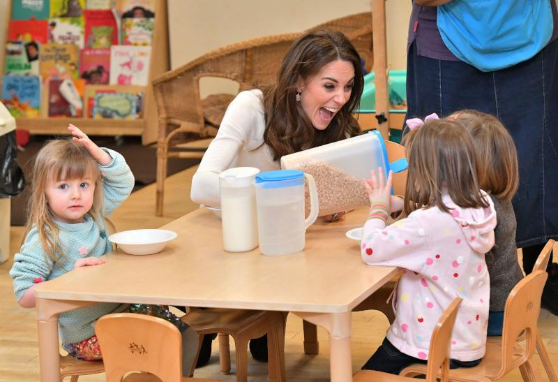 Πρωινό με την Κέιτ Μίντλετον: Η δούκισσα του Κέμπριτζ σέρβιρε μπολ με δημητριακά στους μικρούς μαθητές